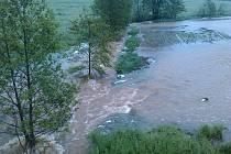 Za Příkosicemi (ve směru na Lučiště, poblíž chaty Bláži) se vylil rozvodněný potok do pole.