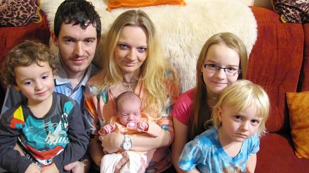 VANESA ČIPEROVÁ z Rokycan se narodila 26.února ve 14 hodin a 39 minut. Její porodní váha činila 3050 gramů, měřila 49 centimetrů. Rodiče věděli, že se jim narodí holčička. Na malou Vanesku doma čekali sourozenci Kristýnka (10 let), Davídek a Martínek (3).