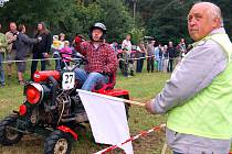 Rekordy se chvěly při sobotním VII. ročníku Traktoriády ve Lhotce u Radnic. Na start se postavilo šedesát nejrůznějších strojů a převahu měly traktory domácí produkce. Na náročnou trať se právě chystá vyrazit Jaroslav Metlička.