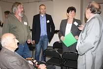 V ODBORNÉ DISKUSI jsme v přestávce konference v Muzeu dr. B. Horáka zastihli Jana Hučka, Martina Langa, Františka Sýkoru, Miroslavu Šandovou a Oldřicha Šplýchala.