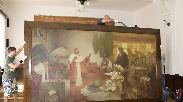 PŘÍMO V RUKAVIČKÁCH zacházeli včera s rokycanským originálem Muchova obrazu Jana Rokycany pracovníci Alšovy jihočeské galerie, když si ho přijeli vypůjčit pro chystanou expozici na Hluboké.