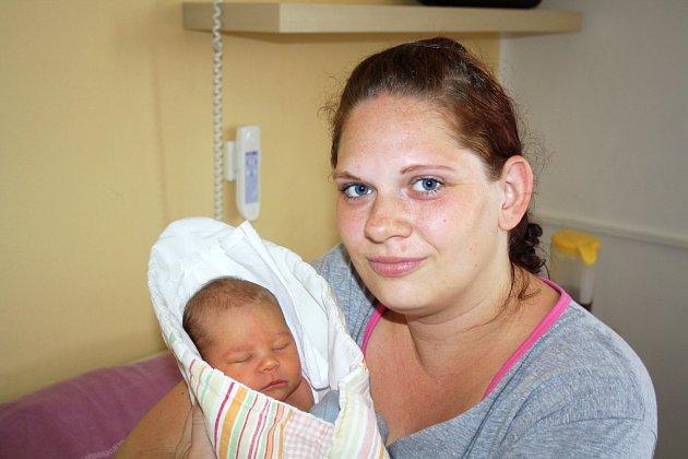NINA PAŇKOVIČOVÁ z Rokycan bude mít ve svém rodném listu datum narození 23. června. Přišla na svět ve 22 hodin a 12 minut jako první dítě rodičů Aleny a Oleksandra, kteří věděli dopředu, že se mají těšit na holčičku. Nina vážila při narození 3050 g, 49 cm