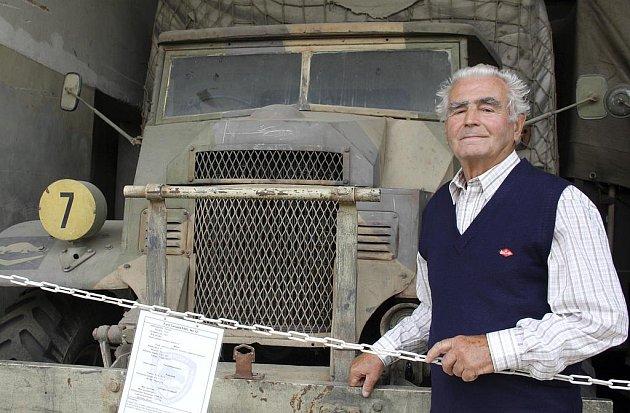 V Muzeu na demarkační linii po více než šedesáti letech znovu stanul Miloslav Sušánka před Fordem Canada F60L No 12, jímž jezdil během své vojenské služby.