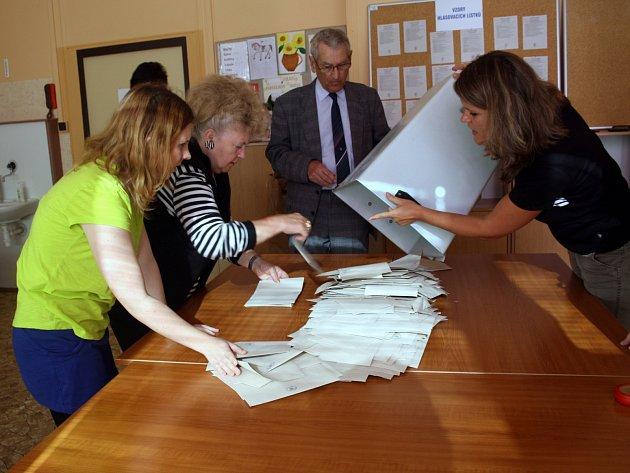 NA VOLEBNÍ AKT v okrsku číslo devět, kde jsme se díky svolení ústřední volební komise účastnili i vysýpání urny, nad správným vyhodnocením údajů bděla devítka mužů a žen.