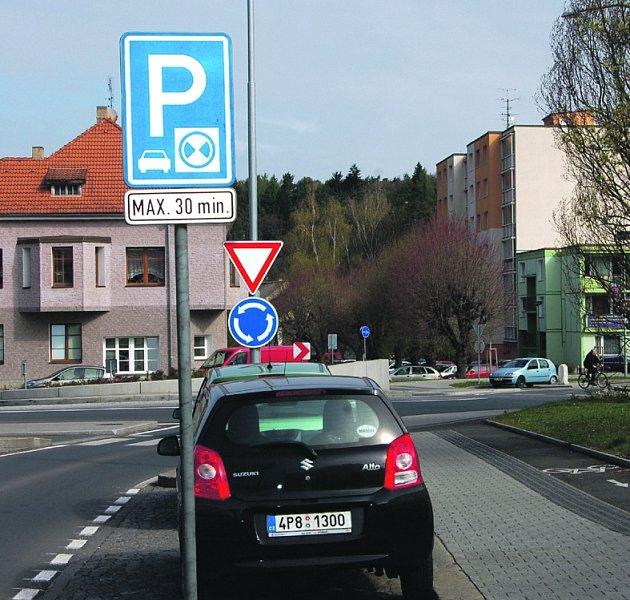 NA NĚKTERÝCH parkovacích místech v Rokycanech se objevila nová značka, umožňující odstavení vozu na půl hodiny.