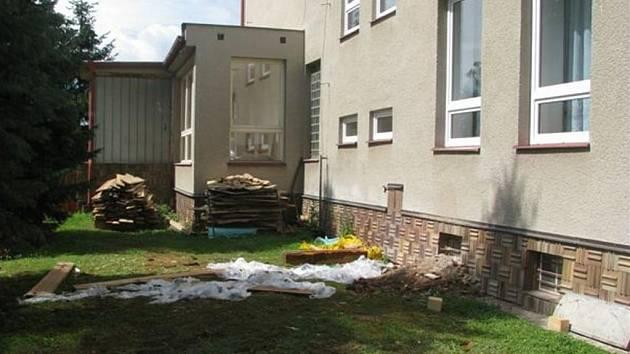 Osecká škola dostává okna, podlahy a malbu.