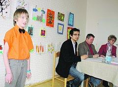 Mezi mladými recitátory byl včera i Šimon Kotalík, v okrskové soutěži zastupoval ZUŠ Rokycany.V první kategorii si nakonec spolu s Michaelou Schwarzovou ze ZŠ ul. Míru vybojoval postup do krajského klání.  Jeho výkonu přihlíží porota ve složení D. Mikeš,