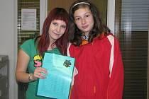 Zpěvačka Bára Zemanová  (vlevo) zamířila u příležitosti konce školního roku za kluky a děvčaty do Rokycan.
