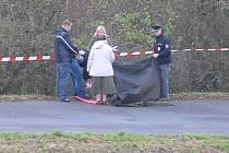 Po třinácté hodině vyjížděli k úmrtí nedaleko Skořic kriminalisté v doprovodu hasičů a policie ČR.