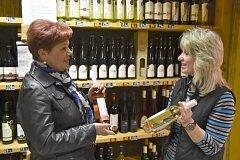 RŮŽOVÉ SVATOMARTINSKÉ víno si vybrala včera dopoledne ve vinotéce na Malém náměstí i Drahomíra Aubrechtová z Vitinky. Nad kvalitou letošních vín diskutovala s prodávající Ivou Novákovou.