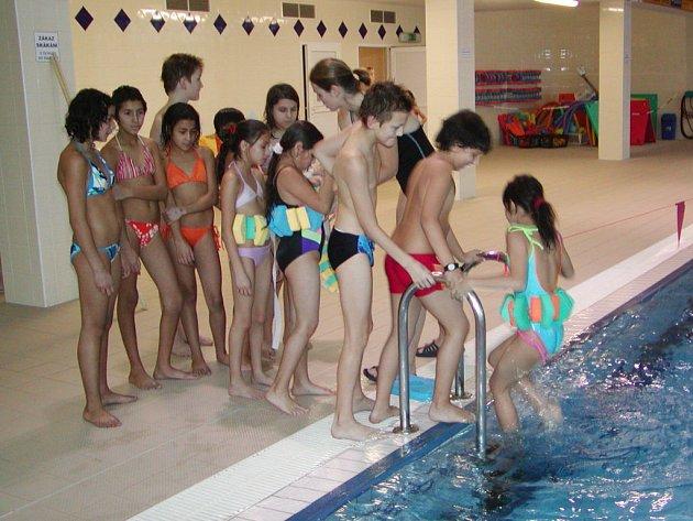 Kluci a děvčata ze tří tříd Základní školy v Čechově ulici ukončili plavecký výcvik a převzali Mokrá vysvědčení.
