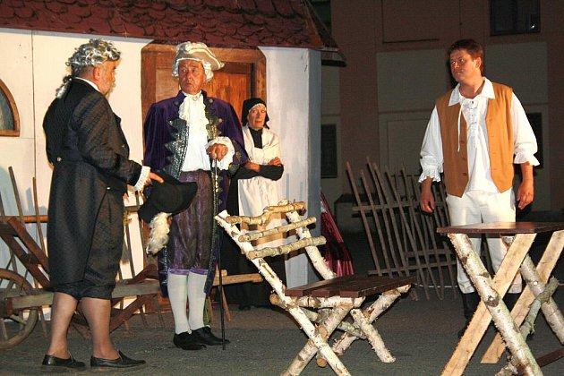 Po setmění se ve zcela zaplněném areálu liblínského Domova sociálních služeb představili ochotníci z Radnic. Přivezli slavnou Lucernu.