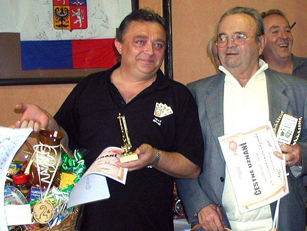 Jiří Hrdlička (vlevo) opět patří k organizátorům dlouhodobé soutěže ve voleném mariáši.