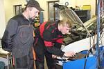 Tomáš Chrz (vpravo) zjišťoval pomocí diagnostického přístroje závadu v elektronice osobního auta při včerejší soutěži ve Střední škole Jeřabinová. Sledoval ho mistr odborného výcviku Petr Valdman.