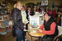 HAD ZÁJEMCŮ čekajících na podpis kuchařky Ládi Hrušky se včera vinul všemi prostory knihkupectví v Rokycanech.