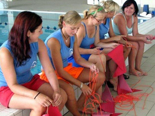 Také plavčice a cvičitrelky pomáhaly při dokončovacích pracích před otevřením rokycanského bazénu. Na snímku jsou zleva: Tereza Mikudíková, Eva Boudová, Lenka Rendlová, Tereza Vejvodová a Jaroslava Kapounová.