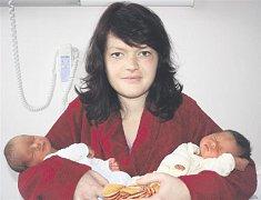 Prvními letošními dvojčátky narozenými na sále rokycanské porodnice jsou Simona  a Šimon ŠPÁCOVI ze Skomelna. Narodili se  3. ledna. Simonka přišla na svět první, v 11 hodin a 54 minut. Její porodní váha činila 2360 gramů a měřila 44 cm.