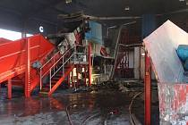 Tři jednotky hasičů vyjely do areálu soukromé firmy v Mýtě. Hořel tu drtič odpadů.