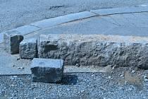 O tento vykopaný obrubník zakopla v Rokycanech a upadla  Antonie Krocová.