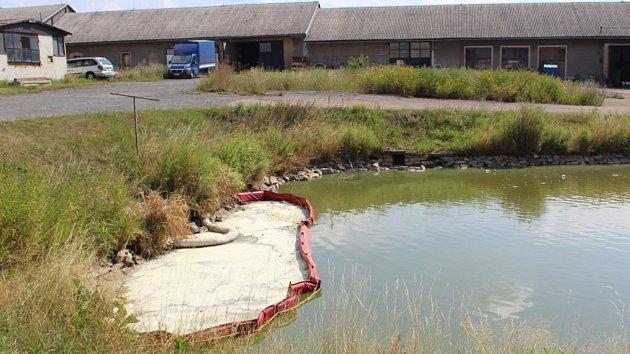 Únik nebezpečných látek na hladinu rybníčku u zámečku v Oseku stále řeší rokycanští hasiči.