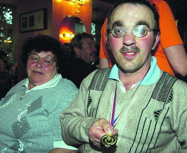 Medailí z nejcennějšího kovu se v sobotu večer pochlubil v restauraci hotelu Bílý lev Jan Kemeny z oddílu SKK-ZP Rokycany. Na zisku titulu mistra republiky má podíl i jeho vodička Jaroslava Tomášková.