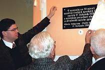 V budově bývalého rokycanského gymnázia odhalili 17. listopadu pamětní desku obětem nacistického řádění, které na vysokých školách začalo před sedmdesáti lety. Aktu se mimojiné ujal poslanec Jiří Pospíšil (vlevo),