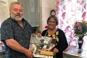 Psímu útulku v Němčovicích bylo loni v říjnu deset let. Ke kulatinám byl vydaný speciální kalendář s řadou Srstkových fotografií. Starosta Karel Ferschmann ho dovezl i jeho manželce.