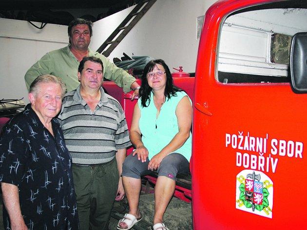 FRANTIŠEK CIPRA (zleva), Milan Hošek (strojník), Jiří Reindl (starosta SDH) a Jiřina Burýšková (pokladní sboru) u historického vozu Praga Erena.