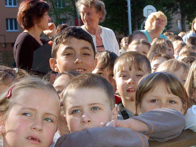 Netradičně začalo v pondělí ráno vyučování pro kluky a děvčata z rokycanské devítiletky v Čechově ulici.  Hned po osmé hodině museli třídy opustit, neboť  byl ohlášen  požár v jedné z učeben nejvyššího patra. Výjimkou nebylo ani osazenstvo 1. A.
