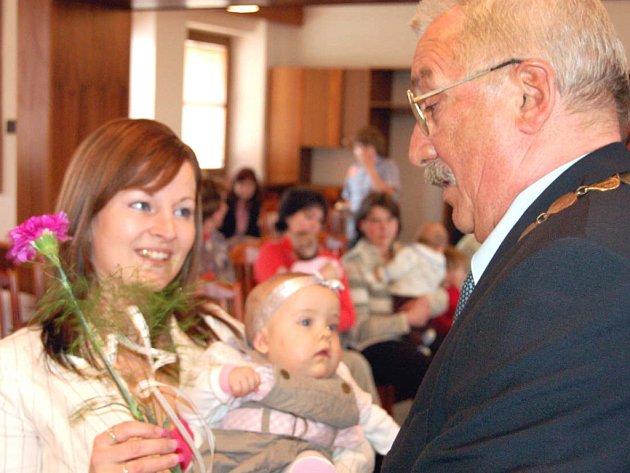 Starosta Hrádku Jaroslav Perlík se ujal na sklonku týdne vítání nedávno narozených obyvatel města. Byla mezi nimi Nikola Roubíková.