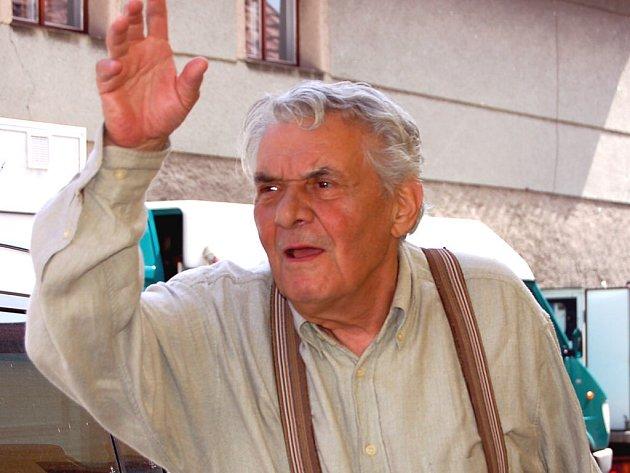 Před objektiv novinářů se v Sebečicích nechtělo populárnímu herci Ladislavu Trojanovi. V televizní komedii si zahraje se synem Ivanem .
