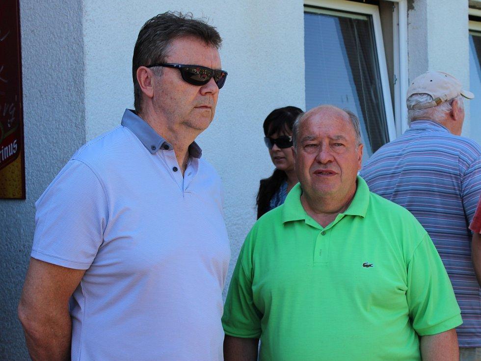 MÍSTOPŘEDSEDA FAČR Roman Berbr s představitelem TJ Spartak Josefem Štychem.