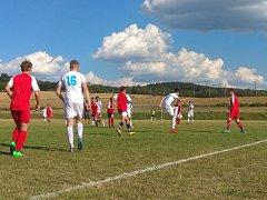 Mladší dorost FC Rokycany (v bílém) si na hřišti v Liblíně poradil se žáky 1. FK Karlovy Vary.