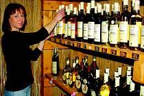 V rokycanské prodejně B. A. F. teď mají opravdu napilno. Pro to, aby mohli znovu dodávat lahve s dvaceti a více procenty alkoholu, vyřizuje majitel velkoobchodu František Průša všechny potřebné náležitosti. Na snímku se zrovna činí Gabriela Hejsková.