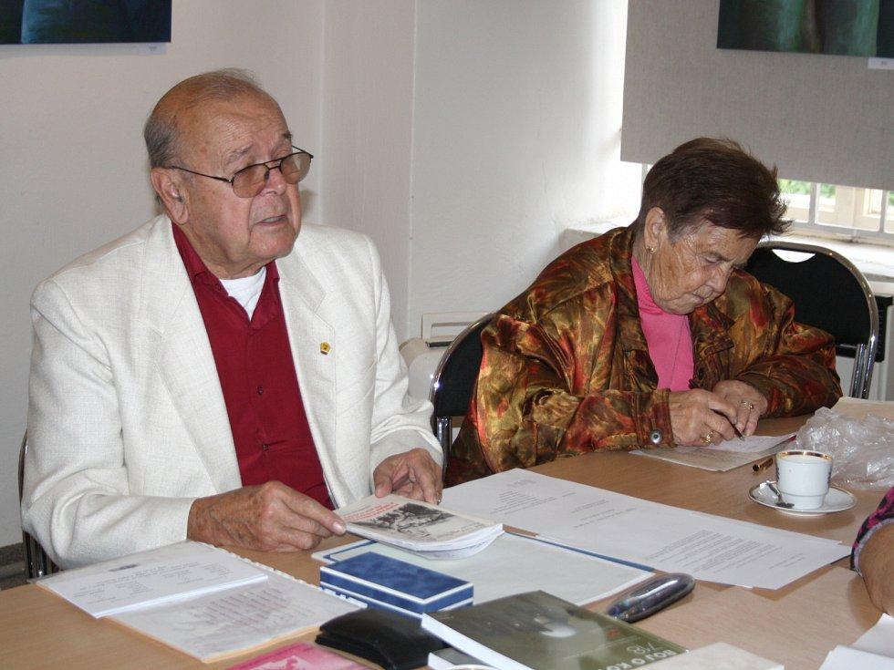 NOVÝ PŘEDSEDA rokycanské organizace ČSBS Rostislav Vychodil připomněl všeobecnou nutnost starat se o památníky v regionu. Vedle je na fotografii Emílie Urbanová.