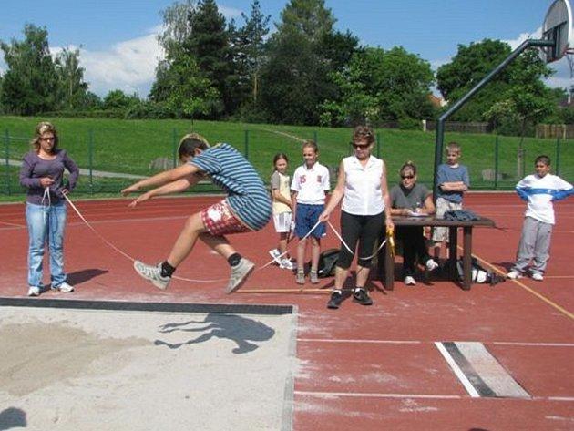 Na hřišti ZŠ Čechova startovali sportovci osmi škol.