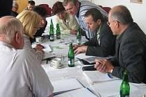Jednání přípravného  týmu  projektu  Napojení  severního  Rokycanska  na  D5, které  se  uskutečnilo v Oseku za přítomnosti zástupce kraje, SÚS Rokycany, projekční kanceláře a starostů obcí.