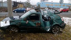 Jen zázrakem vyvázla mladá motoristka z lehkým poraněním.