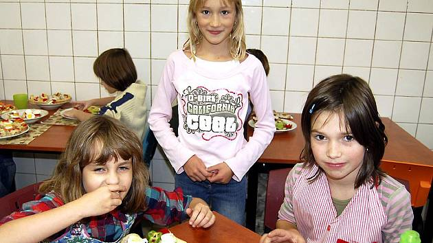Součástí projektu ve strašické devítiletce je aktivita plná vůní. Kluci a děvčata se seznamují se zásadami zdravé výživy. Vlastnoručně připravené chlebíčky chutnaly i Aničce Paulové, Veronice Mocové a Janě Zítkové (zleva)