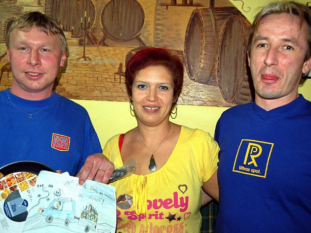 Zdeněk Chmelíř (vlevo) slavil v sobotu narozeniny s přáteli ve svém zařízení a dárky nemohl téměř pobrat. Gratulovali mu také Veronika s Milanem.