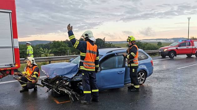 Vážná dopravní nehoda uzavřela v neděli dálnici D5 u Mýta.