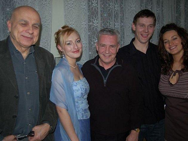 Novomanželům Klírovým přijeli v sobotu večer na hostinu do Oseku popřát Ivan Mládek, Milan Pitkin a Libuna.