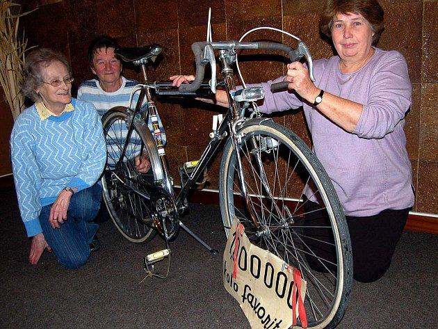 V restauraci sokolovny se setkali bývalí zaměstnanci Favoritu Rokycany. Pohladili si kolo s pořadovým číslem 1 000 000, které bylo vyrobeno v roce 1978. Vzpomínky se týkaly i Marie Tesařové, Marty Klírové a Drahomíry Kreidlové (zleva).
