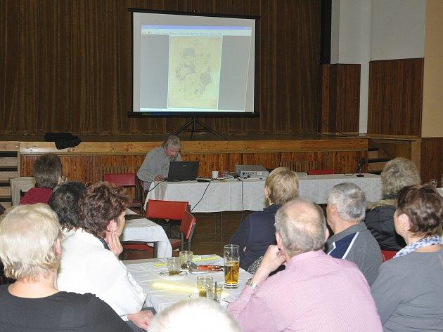 O HISTORII okolní krajiny ale i měst a obcí popovídal na své přednášce doplněné projekcí Martin Lang.