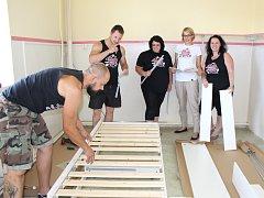 Skupina nadšenců kolem Kolorky se postarala o doplnění nového vybavení pro dětské oddělení  nemocnice v Rokycanech. Na snímku je část z nich při montáži nábytku.