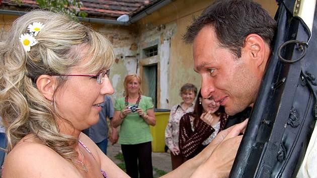 Svatební den si v sobotu odpoledne užívala Marcela Kiliánová. Se svým vyvoleným Milanem Žirkou vstoupila do manželství na zahradě starého mlýna  v Rokycanech a chybět nemohl klasický chomout.