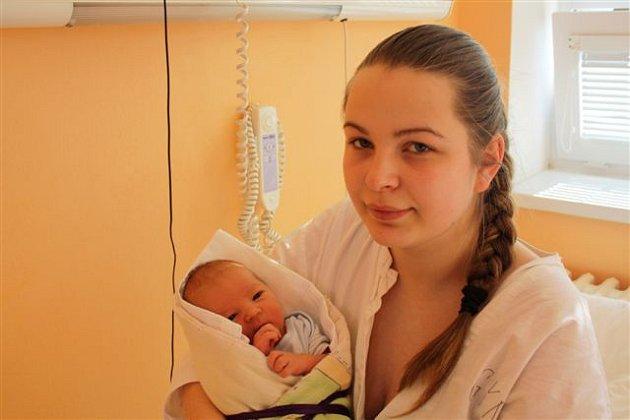 Šimon ZELENKA z Radnic se narodil 15. března ve 13 hodin a 34 minut. Rodiče Petra a Jan znali pohlaví svého prvního potomka dopředu. Malý Šimon přišel na svět s mírami 3760 gramů a 51 centimetrů. Tatínek byl na sále u porodu pomáhat.