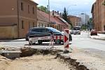 Soukenická ulice se stala pro motoristy doslova tankodromem. Opravy zde pokračují a komunikace by měla být opět průjezdná na konci srpna.