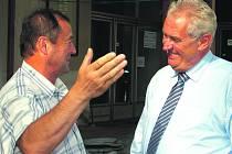 Žhavý prezidentský kandidát Miloš Zeman navštívil v závěru týdne Mirošov a Příkosice. Se šéfem představenstva zemědělské společnosti Ladislavem Vágnerem (vlevo) diskutoval nejen o skončených žních.