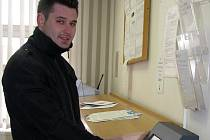 Fronty v čekárně rokycanského úřadu práce pomáhá regulovat samoobslužný terminál. Odnést podklady úřednicím se vydal také Robert Stankovič (na snímku).